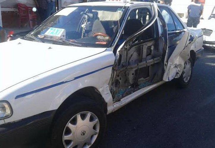 Aunque perdió la puerta del auto, el guiador del taxi accidentado en Progreso no resultó lesionado. (SIPSE)