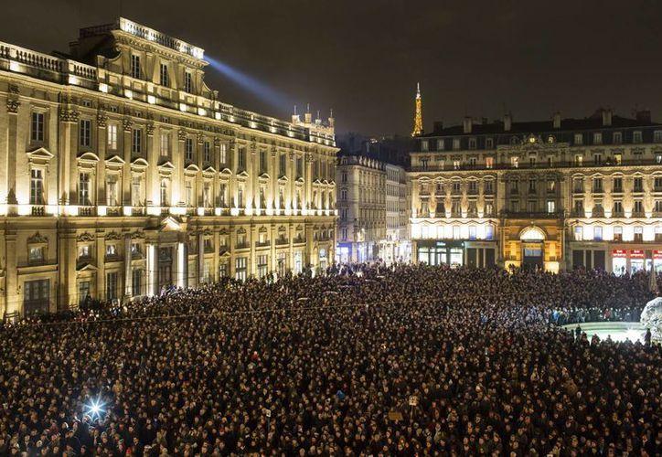 Las ciudades más grandes de Francia, como Lyon y Toulouse, registraron las protestas de miles de ciudadanos por el atentado a  la revista Charlie Hebdo. (AP)