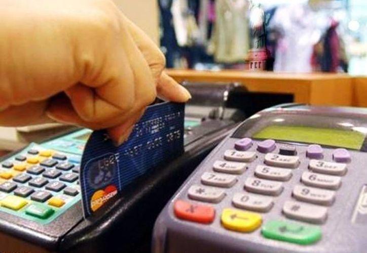 Obtener una tarjeta de crédito es tentador, y cuando se va a tramitar una por primera vez se debe preguntar el Costo Anual Total (CAT). (Archivo/SIPSE)