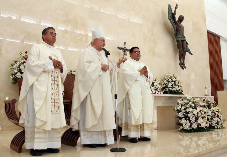 El Arzobispo de Yucatán, Mons. Emilio Carlos Berlie Belaunzarán, durante la eucaristía en honor a la Resurrección de Cristo. (José Acosta/SIPSE)
