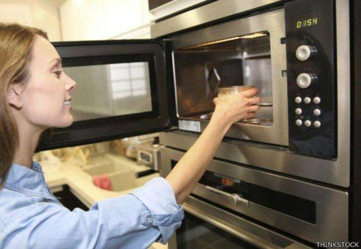 El microondas puede ayudar a desinfectar los estropajos de cocina o a que el rimel dure más, entre otros trucos. (BBCMundo)