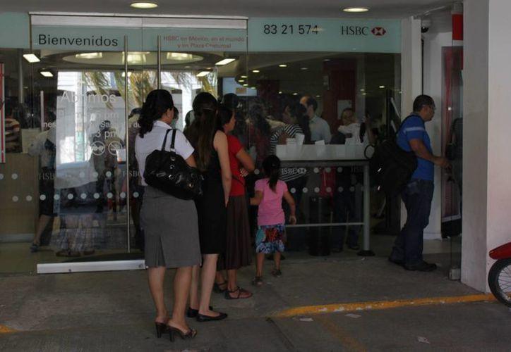 Las mujeres de Cancún prefieren las tarjetas de crédito bancario. (Harold Alcocer/SIPSE)