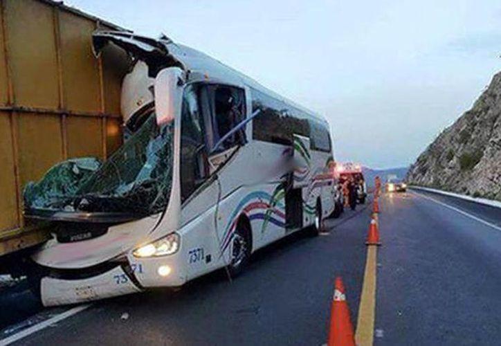 Imagen de los vehículos involucrados en un choque en la Autopista Siglo XXI; se reportaros ocho heridos. (Foto: Vulcanos Atlixco)