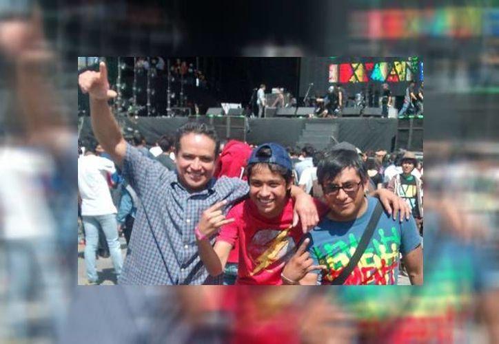 Brandon (c) su padre y su primo disfrutando del Vive Latino (Alejandra Arteaga/MILENIO)