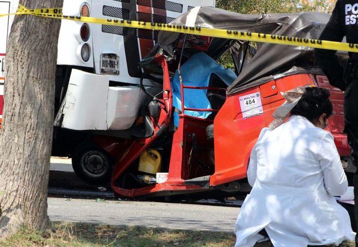 Un mototaxista falleció este viernes en el fraccionamiento Del Parque al chocar contra un camión de pasajeros. (Pallota/SIPSE)