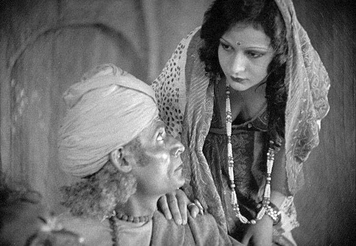 """Escena del filme mudo """"The Trow of dice"""", de 1929, que se proyecta hoy en Bollywood. (moviemail.com/Archivo)"""