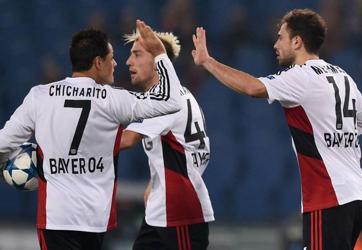 Javier Hernández, Chicharito (i) anotó el 2-2 para Bayer Leverkusen, que acabó por perder 3-2 anre Roma en la UEFA Champions League. (futboltotal.com.mx)