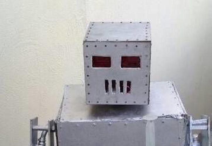 El robot es un conjunto de mezclas de algunos dispositivos de electrónica. (Francisco GalveZ/SIPSE)