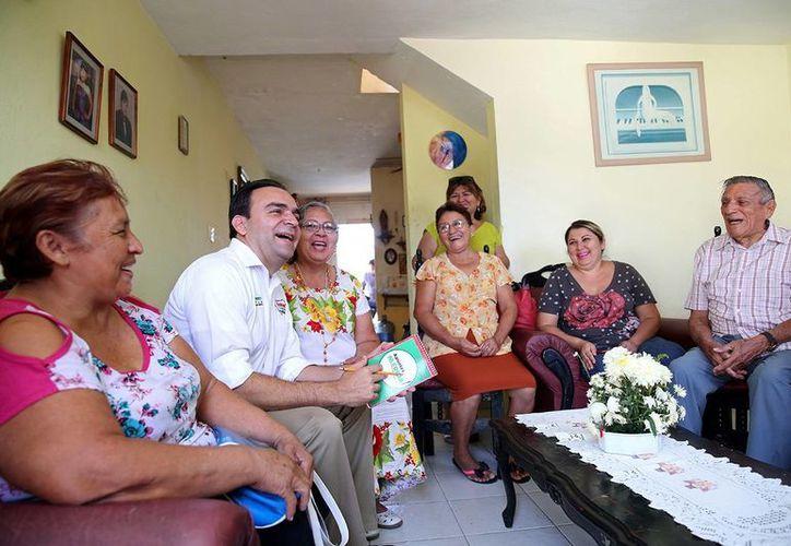 Vecinos del Fraccionamiento Del Parque dialogaron con Nerio Torres, candidato a la alcaldía de Mérida. (Milenio Novedades)