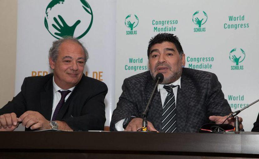 Diego Maradona (d) continúa con la lucha legal en contra de su exesposa por fraude. En la foto, durante una conferencia de prensa en la sede de la Radio Vaticana. (Notimex)