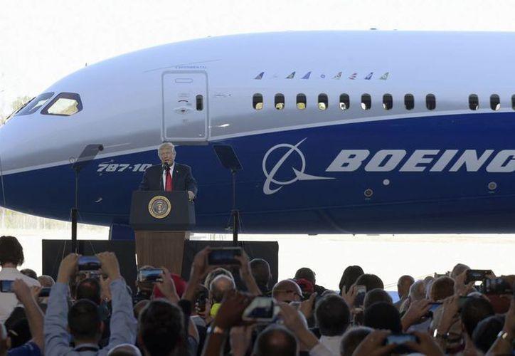Trump visitó una planta de la compañía aeronáutica Boeing en Carolina del Sur. (AP/Susan Walsh)