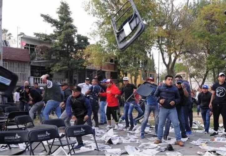 Enfrentamiento entre militantes de Morena y del PRD se registró en el evento de Claudia Sheinbaum en la delegación Coyoacán. (Foto: SDP Noticias)