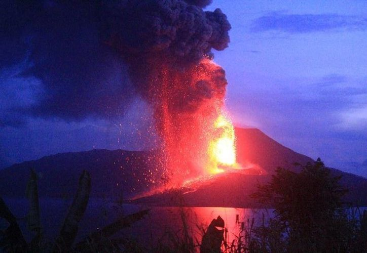 En las redes sociales se han publicado fotos del momento en que hizo erupción el volcán Tavurvur.(twitter.com/Dinteresante)