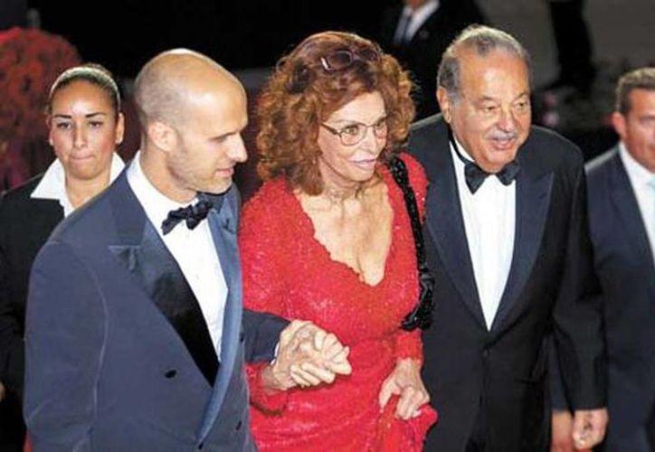 Sofía Loren acompañada de su hijo Edoardo y el anfitrión de la fiesta de cumpleaños de la actriz, el empresario mexicano Carlos Slim. (Sergio Bautista/Milenio)