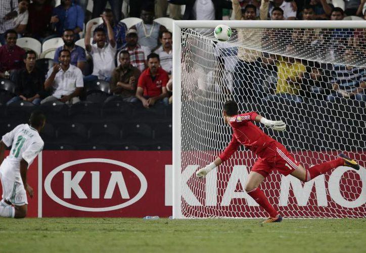 El dominio de Nigeria fue tal que además de los tres goles falló otros. Aquí un disparo de Musa Yahaya pega en un poste. (Agencias)