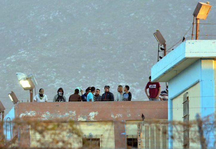 Imagen de los presos en el tejado de la prisión de Topo Chico después de la revuelta que estalló el pasado jueves a la medianoche, en Monterrey. (Foto AP / Emilio Vásquez)