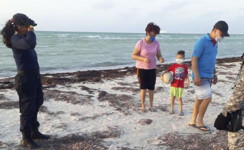 Muchas familias ya hasta pasean por las playas. (Gerardo Keb/Novedades Yucatán)
