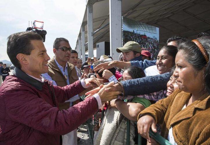 Enrique Peña Nieto durante la entrega del libramiento de Acambay. En la imagen, el Presidente saluda a la gente que asistió al evento. (presidencia.gob.mx)
