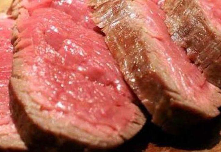 El experto afirma que el E. coli, salmonella y otras bacterias pueden encontrarse en carne mal o poco cocida.(annurtv.com)