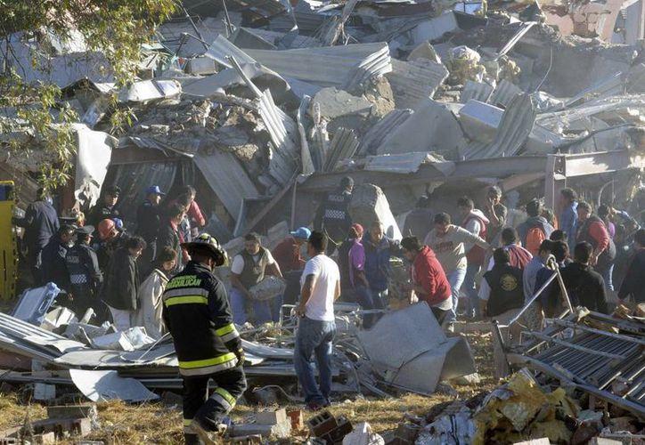 Los equipos de rescate 'peinan' entre los escombros del Hospital materno de Cuajimalpa en busca de sobrevivientes. (Agencias)