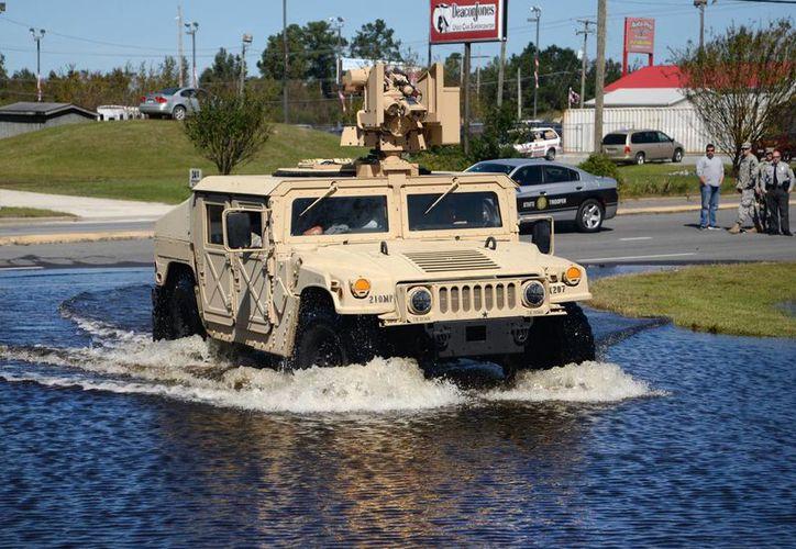 Un vehículo de la Guardia Nacional de North Carolina avanza por una calle anegada en Bypass en Kinston, North Carolina. (Zach Frailey/Daily Free Press vía AP)