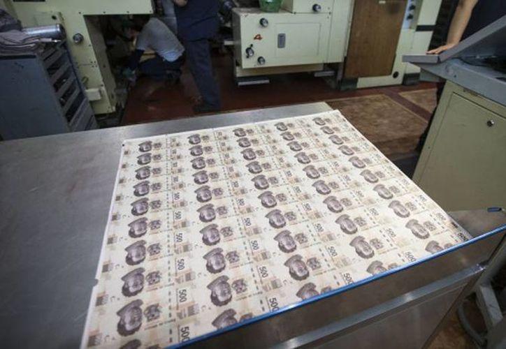 Mesa en la que se verifica la correcta impresión de una plana de billetes de 500 pesos en la fábrica de Banxico en la Ciudad de México. (Saúl Ruiz/elpais.com)