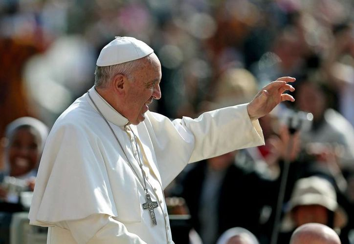 El Papa Francisco saluda a los miles de feligreses congregados en la Plaza de San Pedro para asistir a la audiencia general de los miércoles, en la Ciudad del Vaticano. (EFE)