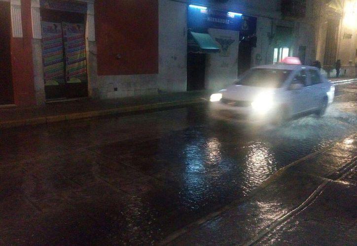 Las calles del Centro Histórico lucieron leves inundaciones. (Jesús González/ SIPSE.com)