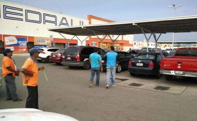 Imagen del estacionamiento de un supermercado de Ciudad Caucel donde fue encontrada la camioneta de la víctima con sus restos mortales. (Milenio Novedades)