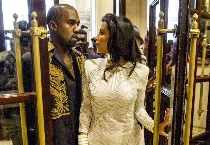 Según el exreportero ucraniano de televisión, Vitalii Sediuk, el solo trató de abrazar a Kim Kardashian. (AP)