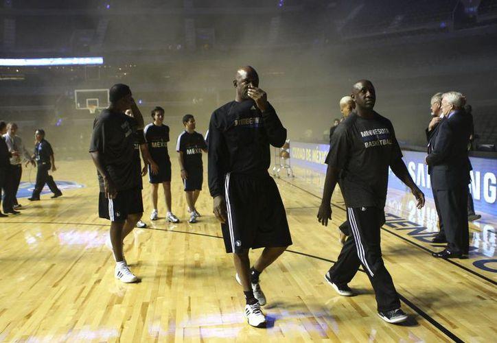 Jugadores integrantes del equipo Timberwolves de Minnesota son evacuados tras el incidente. (Agencias)