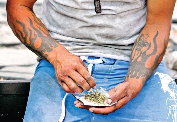 La ONU y agrupaciones civiles piden la despenalización del consumo de estupefacientes como una forma de hacer frente al crimen organizado, ante los escasos resultados de la política prohibicionista. Imagen de un hombre al consumir marihuana. (Excelsior)