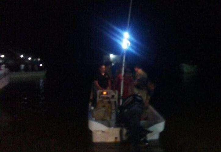 La Armada rescató a cuatro hombres de mar que salieron de Celestún desde hace cinco días. (Fotos: Luis Fuente/SIPSE)