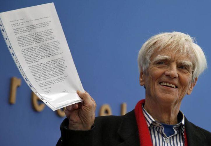 El legislador alemán de la oposición, Hans-Christian Stroebele, muestra una carta a la prensa que afirma él recibió de Edward Snowden. (Agencias)