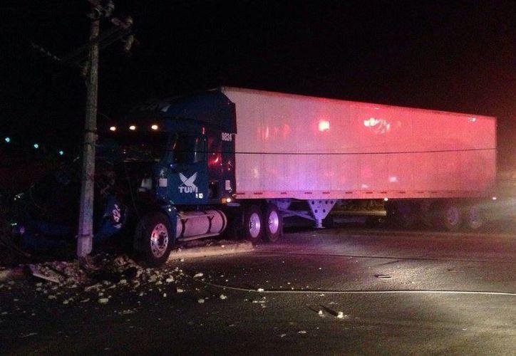 Cinco vehículos resultaron involucrados en un aparatoso choque a la salida a Leona Vicario. (Cortesía)