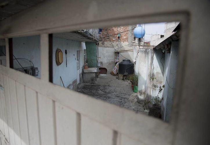 Desde una de las ventanas del portón de la casa se pueden observar las condiciones de la vivienda  que habitaban José Luis Abarca y María de los Angeles Pineda. (Agencias)