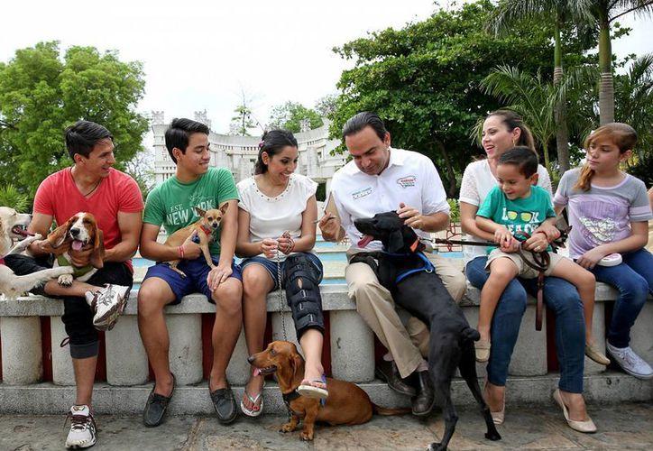 Nerio Torres Arcila en reunión con dueños de mascotas en el Parque de Las Américas. (SIPSE)