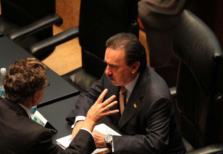 Los senadores, Juan Carlos Romero y Emilio Gamboa, durante la Sesión del 19 de diciembre en el Senado de la República. (Archivo/Notimex)