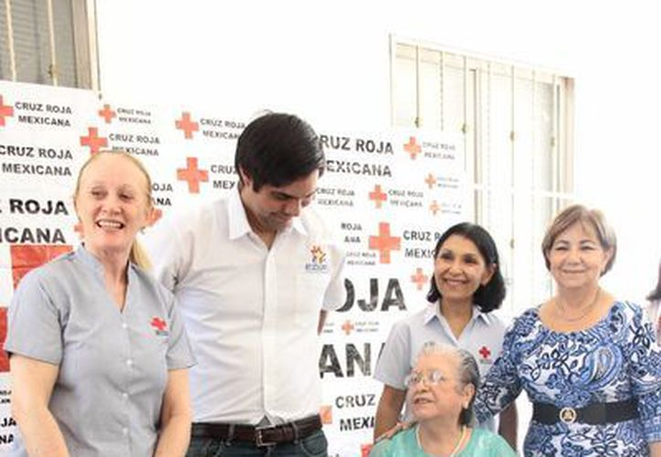 Imagen de la entrega de sillas de ruedas por parte de la Casa del Voluntariado de Yucatán de la Fundación del Empresariado Yucateco (Feyac), a través del proyecto denominado 'Rodadas de amor'. (Milenio Novedades)