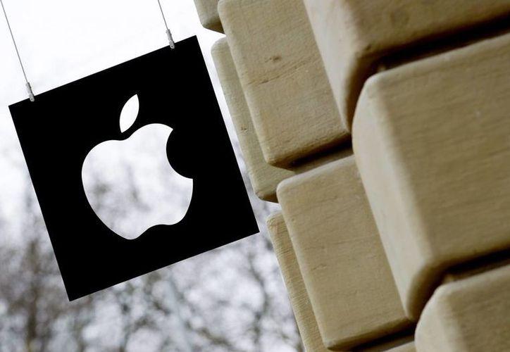 Apple presentará un nuevo iPhone durante este mes, que será más pequeño que los últimos teléfonos que lanzó al mercado el año pasado. Imagen de un anuncio de la empresa en una de sus oficinas en Cupertino. (EFE/Archivo)