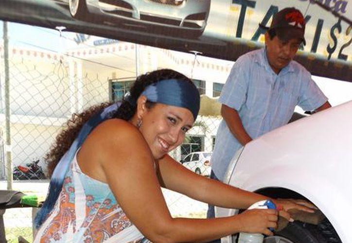 """El lavadero de autos """"Mamá Soltera Mx"""" es administrado por una mamá soltera que emplea a otras mujeres en la misma situación.  (Daniel Pacheco/SIPSE)"""