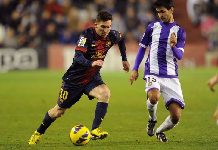 Messi deja atrás a Alberto Bueno en una de las acciones del partido de los catalanes como visitantes. (Agencias)