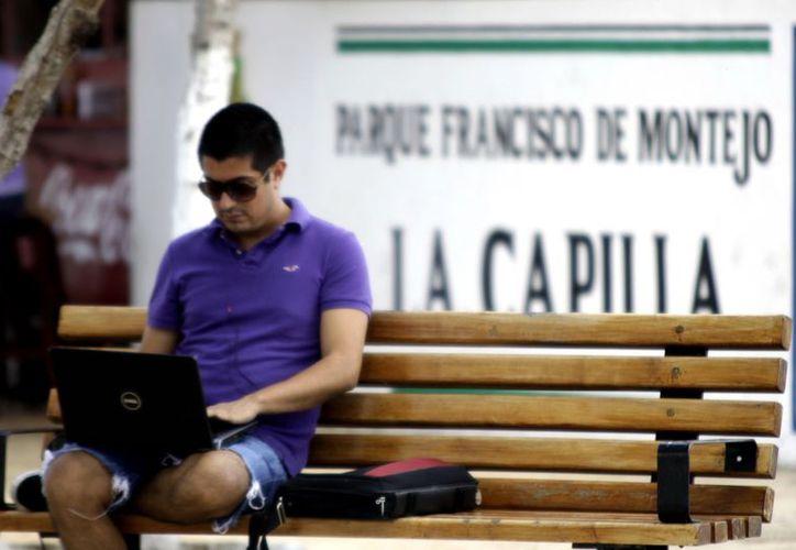 Por el día es común observar  que los jóvenes hagan uso de internet en los Parques en Línea;  sin embargo, en la noche la situación se torna peligrosa. (Theani Ruz/SIPSE)