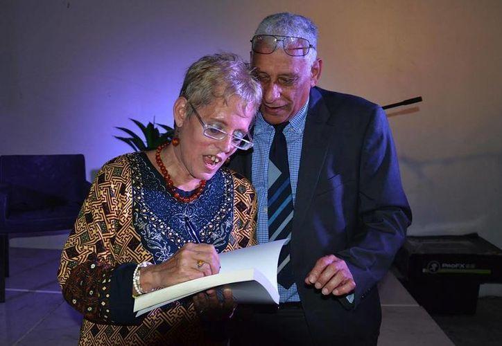 La escritora Mayra Martínez presentó en Cancún dos libros sobre música cubana y mujeres que la cantan a Cuba. (Alejandra Flores/SIPSE)