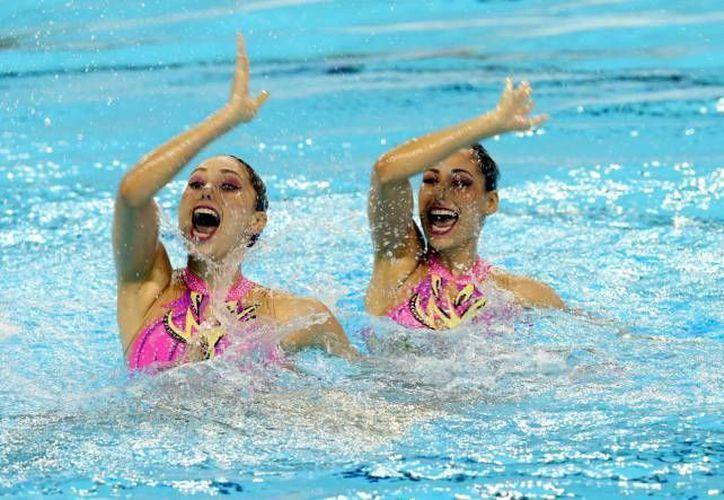 El dueto mexicano de Nado Sincronizado integrado por Nuria Diosdado y Karem Achach, durante su participación en las eliminatorias preliminares de los Juegos Panamericanos Toronto 2015. Ambas buscarán ahora un boleto a  los Juegos Olímpicos de Río 2016 junto a Joana Jiménez. (Archivo Notimex)