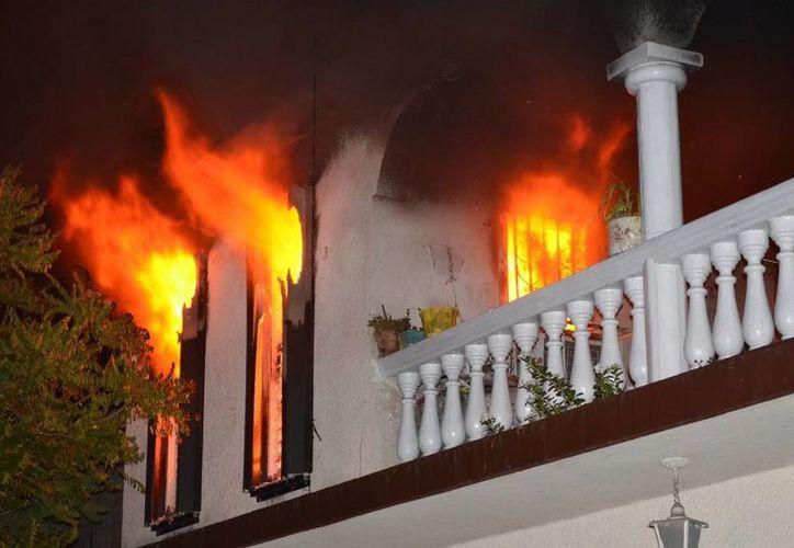 El fuego fue controlado por el cuerpo de bomberos. (Redacción/SIPSE)