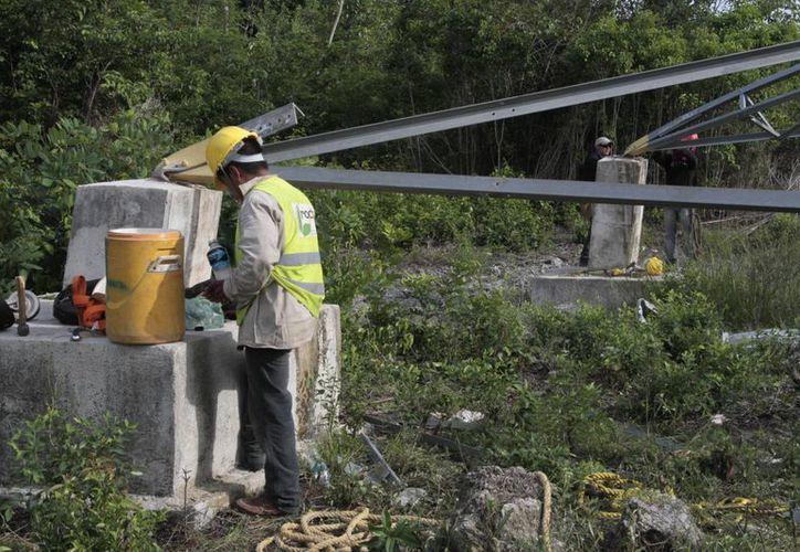 """Los trabajadores instalarán torres de """"emergencia"""". (Tomás Álvarez/SIPSE)"""
