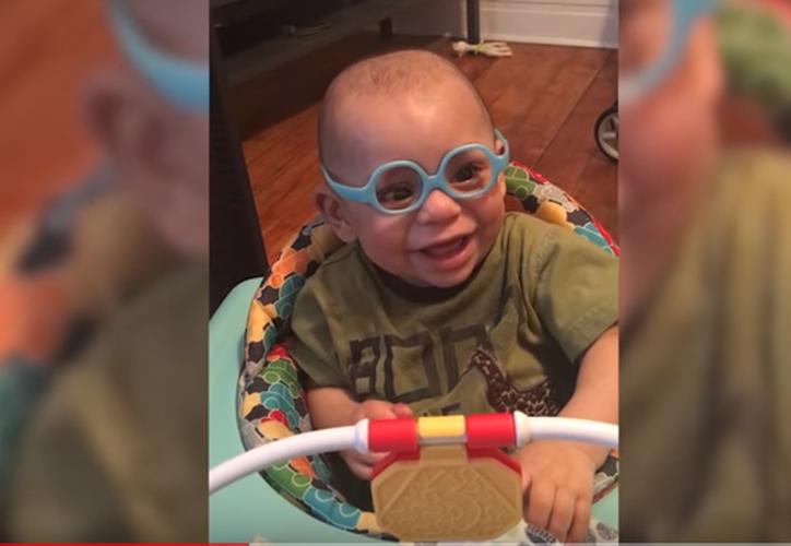 La visión del bebé mejoró luego de que su madre le puso los lentes. (Captura/Video)