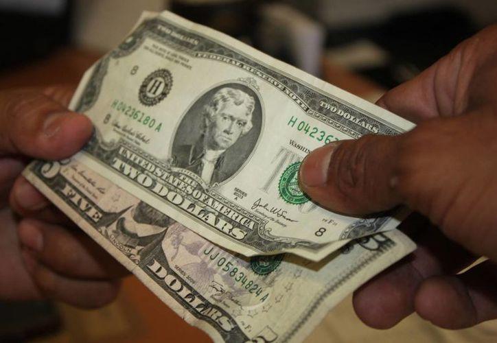 El dólar americano se vendió este lunes a 16 pesos. (Daniel Pacheco/SIPSE)