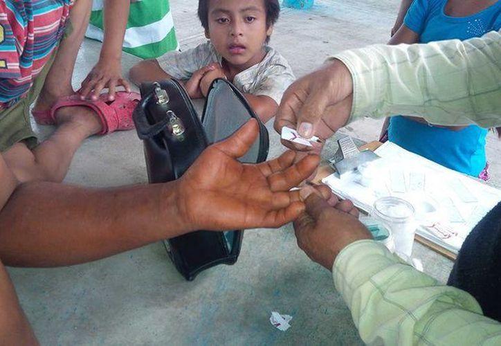 Cortadores de caña y sus familias en la Ribera del Río Hondo fueron sometidos a pruebas rápidas para descartar algún brote de paludismo. (Harold Alcocer/ SIPSE)